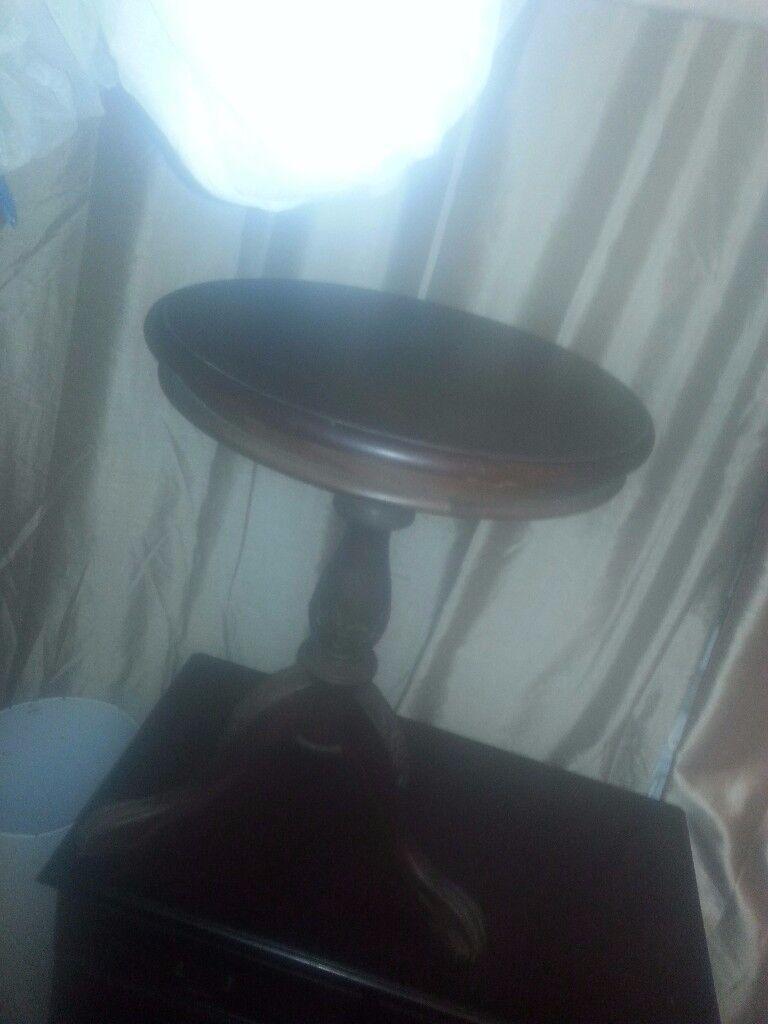 round oak table .