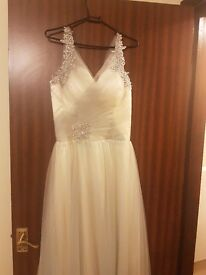 Wedding dress (NEVER BEEN WORN)