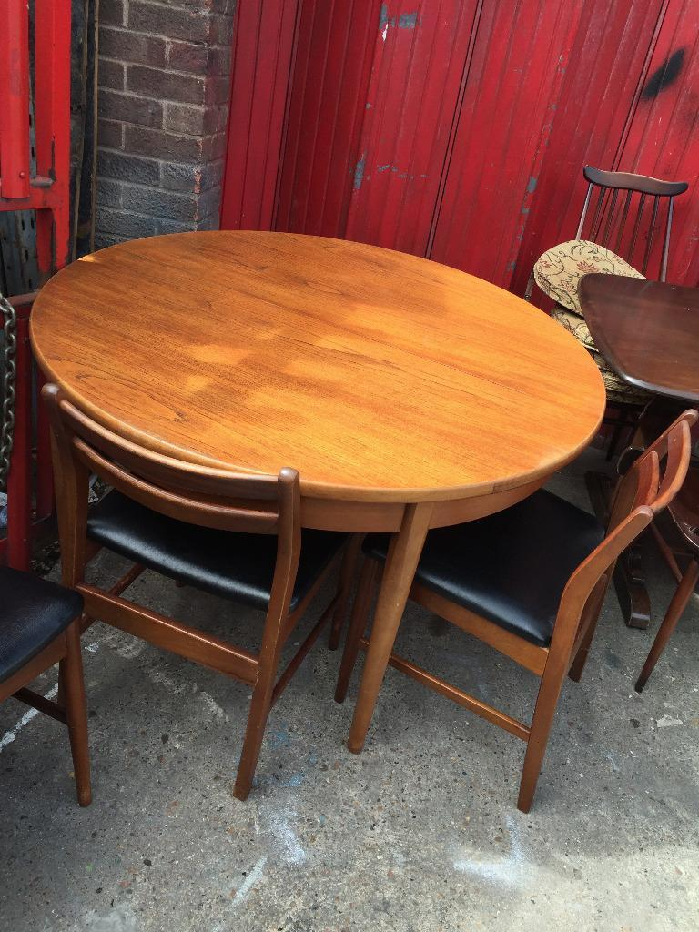 Round Extending Wooden Dining Table Buy Sale And Trade Ads