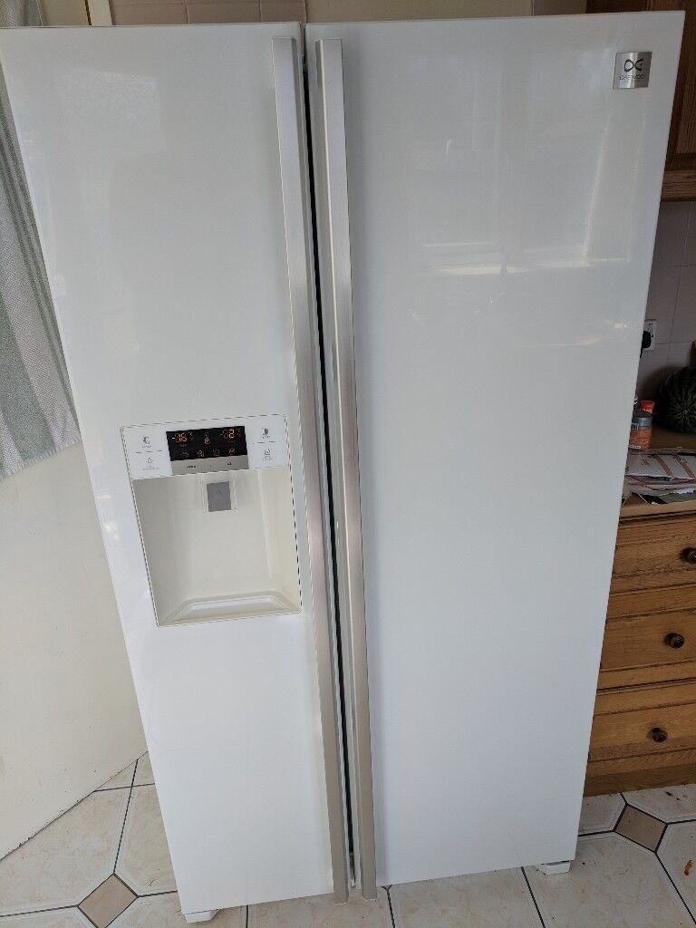 Daewoo American Style Fridge Freezer With Ice Maker And