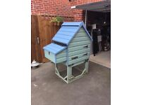 Wooden Chicken Coop for up to 4 Chickens & Feeders