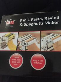 Pasta machine 3 in 1 pasta, ravioli and spaghetti attachments like new condition
