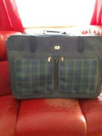 LARGE NAVY SUITCASE WITH 2 LARGE ZIPPED POCKETS AT THE FRONT