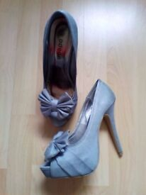 Ladies sz 6/39 Silver effect, white stitching, bow, HIGH heel shoes boxed New