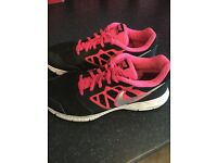 Ladies/girls black and pink Nike Trainers size 5 in excellent condition