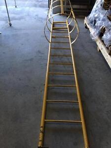 Échelle de sécurité avec cage de protection - Safety ladder with protection cage