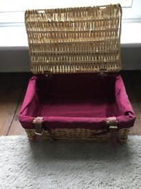 Wicker basket with lid and lining