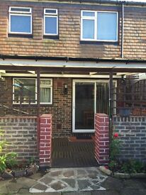 DOUBLE ROOM TO LET CLOSE TO EWELL WEST STATION £550PCM