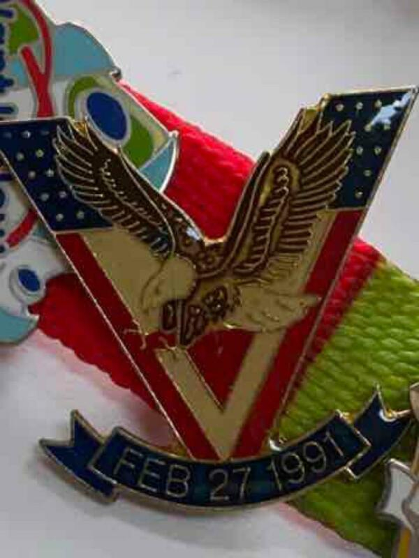 V Victory Pin Iraq Kuwait February 27 1991 Desert Shield Storm Hat Pin Flag MINT