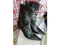 Boots. Black leather.size 5