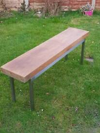 Solid wood bench with aluminium frame