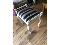 A LOVELY SHABBY CHIC VINTAGE MUSIC STOOL WITH REGENCY STRIPED SEAT STORAGE BELOW