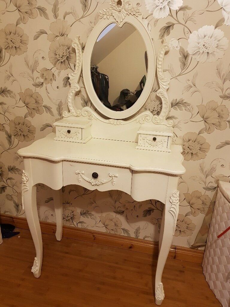 Stunning dressing table. White dresser and mirror
