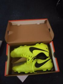 Nike tiempos green football boots. Been used once size 10.