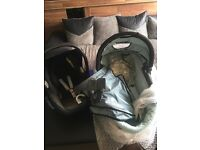 Quinny Buzz carrycot &a Maxi-Cosi car seat with adapters