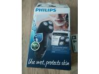 Philips AquaTouch Wet & Dry Men's Electric Shaver AT899