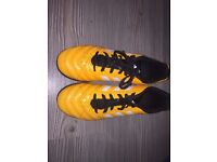Adidas women's football shoes. Size 5, 1/2