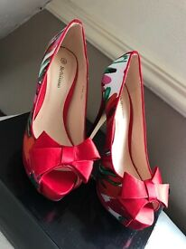 Beautiful floral heels size 3