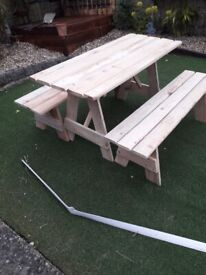 **REDUCED**NEW BESPOKE HAND MADE SOLID WOOD 6 SEATER GARDEN TABLE & 2 BENCHES.