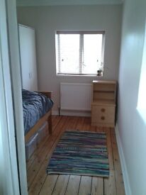 Single room to rent in family home, North Farnham