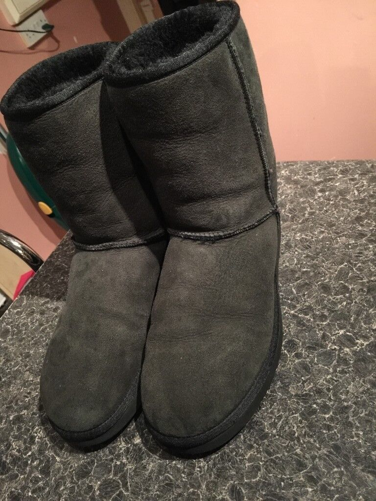 UGG BOOTS MAN AS NEW IN A SHOP £190 ONLY £28!!!! SIZE 9.5