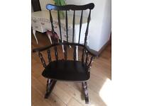 AN ATTRACTIVE VINTAGE WINDSOR STYLE ROCKING CHAIR WITH TURNED SPINDLES ALL AROUND