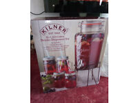 BRAND NEW KILNER GIFT SET! FOUR JARS & STRAWS & 5 LITRE DISPENSER & STAND! PERFECT FOR BBQ / PARTIES