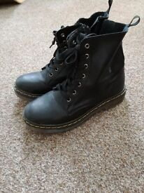 Fashionable boots Size 4