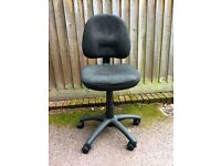 Black swivel office chair, height and seat adjustable, on 5 castors