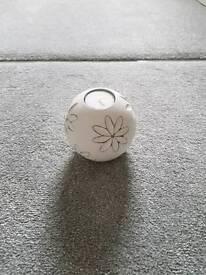 White daisy patterned tea light holder