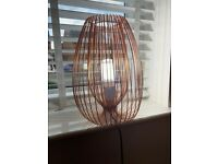 Metallic wire table lamp