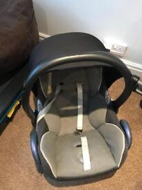 2 Maxi Cosi cabriofix car seats and 2 isofix bases