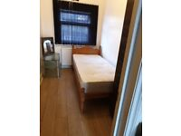 Amazing single room off ilford lane for single person