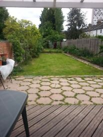 Double room in large spacious House Share 3min walk from Tube, large garden and kitchen livingroom