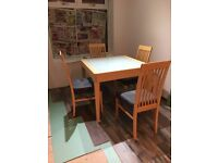 Table and 4 chairs extendable table
