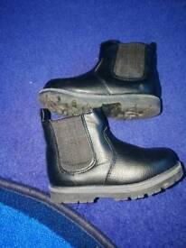 Boys chelsea boots size 7 infant