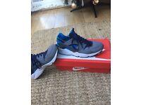 Men's size 9 blue/grey Nike Huarache trainers.