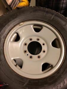 LT 285/70/17 Toyo hiver 8/32 + rims 17 pouces 8x170.  Ford original