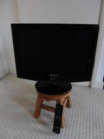 "Samsung 16"" Black remote Flat Screen TV Great Condition"