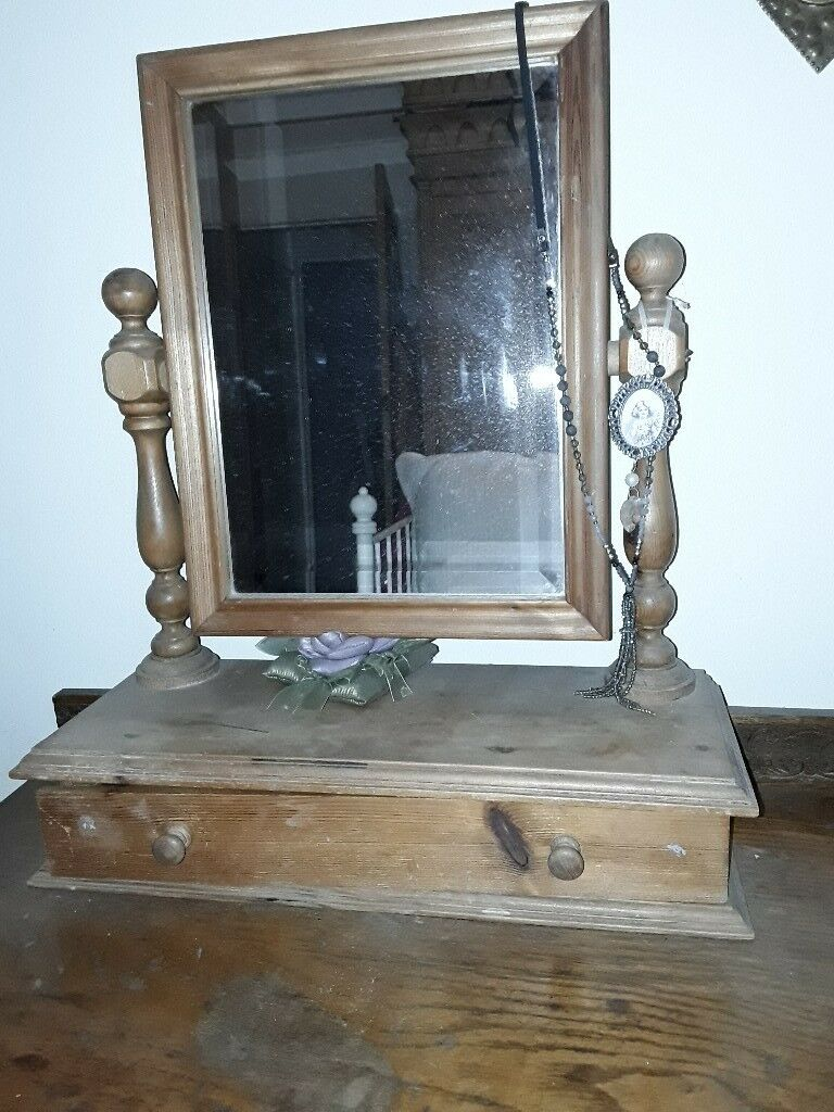 Freestanding dressing table mirror