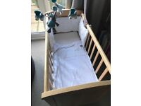 Crib - excellent condition 2 sets of bedding