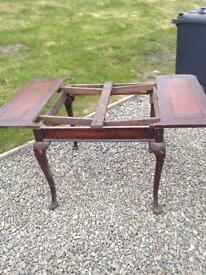 Great vintage table for refurbishment. No middle section. Pretty leg style £5!