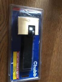 Chubb heavy duty padlock and padbar