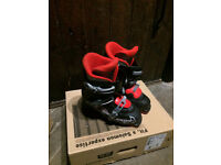SALOMON SKI BOOTS ONLY USED FOR ONE SEASON