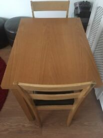 Oak effect 6 person diningtable with 2 chair it is very good and unmarked