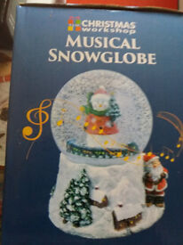 Wind up musical snow globe decoration