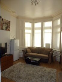 * MODERN TWO BEDROOM FLAT * Pen-y-lan Road, Roath Park. £650 PCM, available 1st March. Furnished