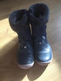 Clarks Girls bunny boots 9 1/2 F good condition