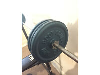 Weightlifting bench in perfect condition w/ 90kg of metal plates incl. attachment for trap pulldown