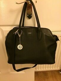 DKNY BLACK LEATHER HANDBAG